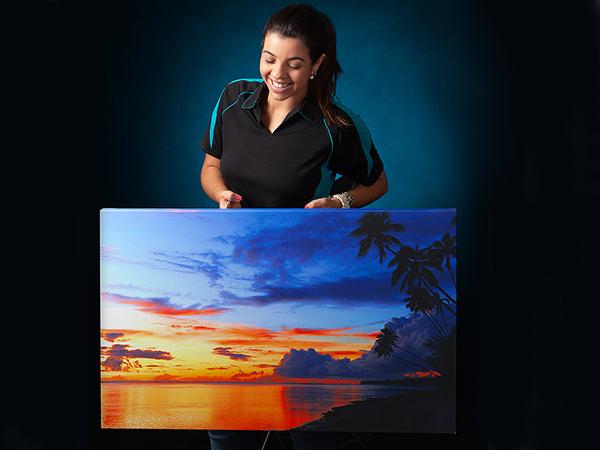 Bruna holding a canvas photo